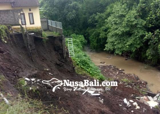 Nusabali.com - hujan-lebat-1-rumah-ambles-ke-sungai-yeh-panan