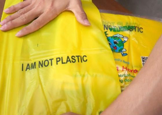 Nusabali.com - pedagang-kantong-plastik-kehilangan-pembeli
