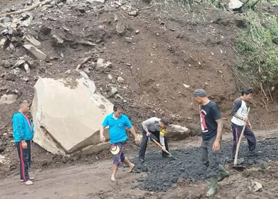 Nusabali.com - dinas-pu-padatkan-jalan-di-lokasi-longsor