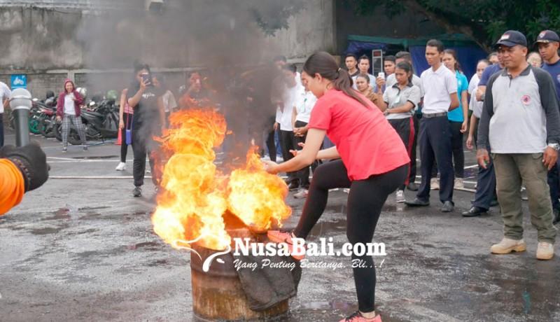 www.nusabali.com-plaza-renon-simulasi-pencegahan-kebakaran