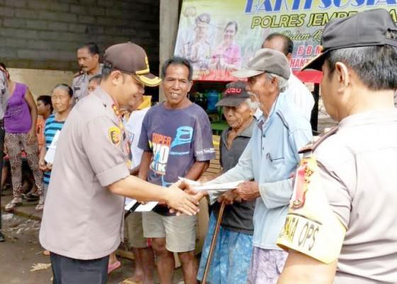 Nusabali.com - 6-lansia-korban-banjir-bandang-terima-bantuan-polres-jembrana