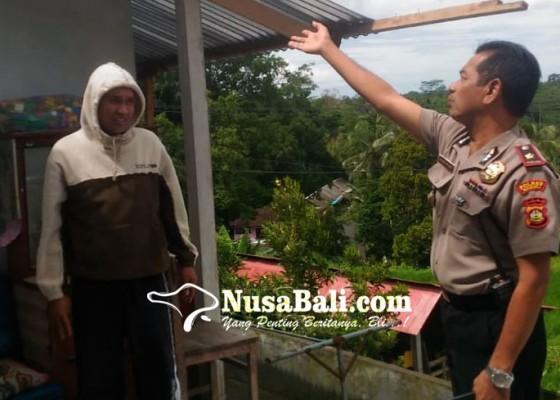 Nusabali.com - angin-kencang-atap-dan-reng-beterbangan
