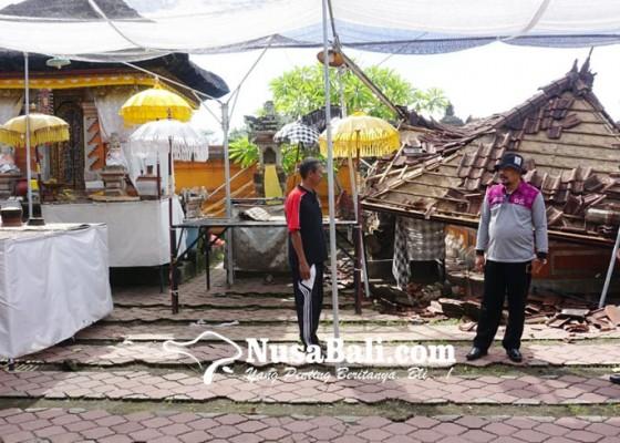Nusabali.com - wabup-kasta-tinjau-dampak-bangunan-roboh-akibat-bencana