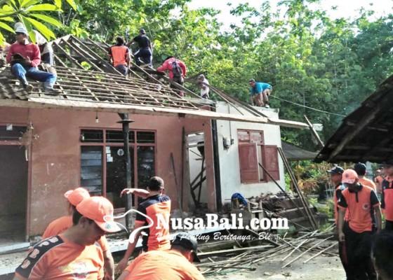Nusabali.com - tertimpa-pohon-jati-tetangga-atap-rumah-hancur