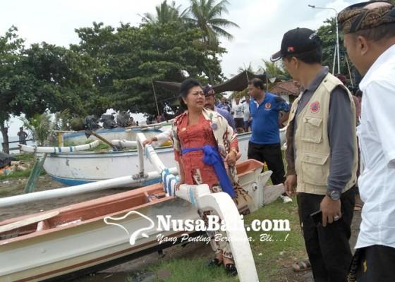 Nusabali.com - bupati-mas-sumatri-tinjau-korban-bencana-air-pasang