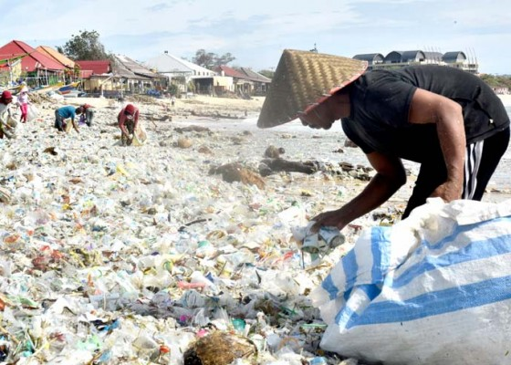 Nusabali.com - pantai-kedonganan-diserbu-kiriman-sampah-plastik