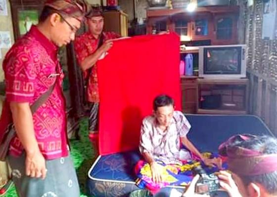 Nusabali.com - disdukcapil-jembrana-layani-perekaman-e-ktp-warga-sakit-parah