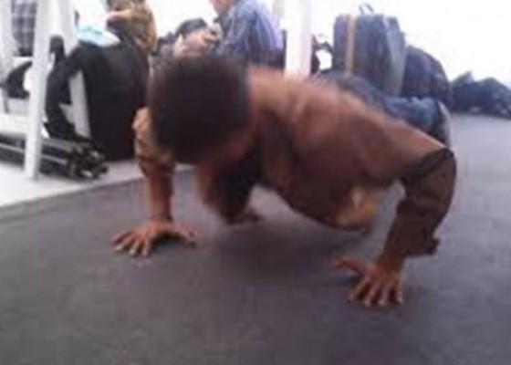 Nusabali.com - nunggak-spp-siswi-sd-dihukum-push-up-100-kali