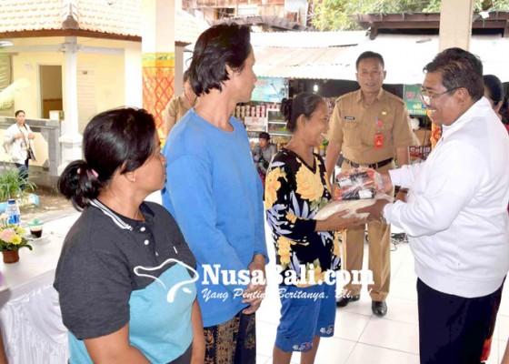Nusabali.com - korban-gelombang-pasang-dijatah-sembako