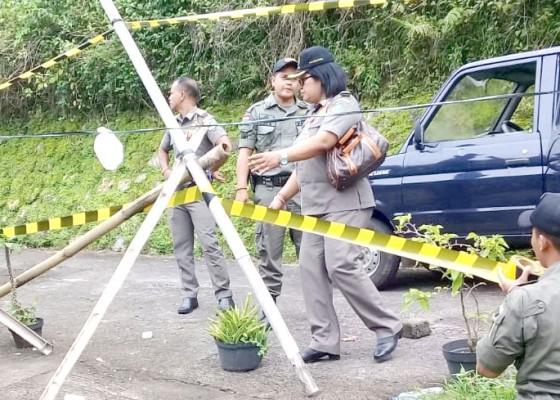Nusabali.com - satpol-pp-tabanan-pasang-police-line-di-rumah-blok-g