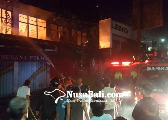Nusabali.com - pasar-anyar-buleleng-terbakar-8-ruko-ludes