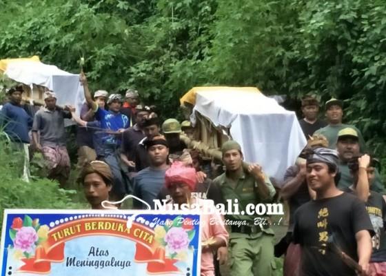 Nusabali.com - empat-jenazah-korban-longsor-dikubur-terpisah