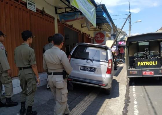 Nusabali.com - satpol-pp-tindak-kendaraan-parkir-di-trotoar