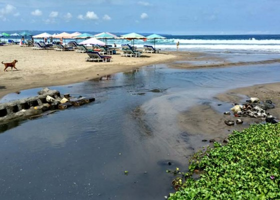 Nusabali.com - limbah-mengalir-ke-pantai-legian