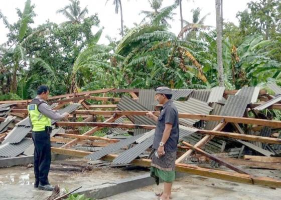 Nusabali.com - diterjang-angin-ngelinus-belasan-atap-rumah-warga-rusak