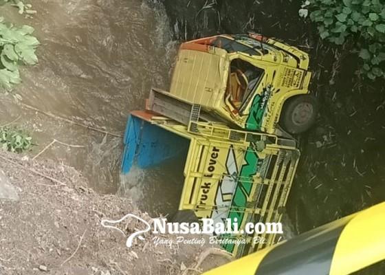 Nusabali.com - mati-mesin-truk-terjun-ke-sungai