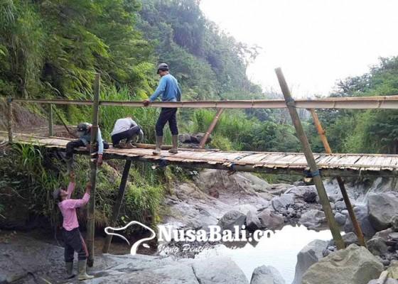 Nusabali.com - krama-temukus-bangun-jembatan-darurat-menuju-pura-tunggul-besi