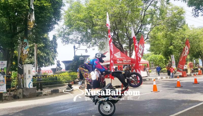 www.nusabali.com-biker-mileneal-adu-aksi-freestyle
