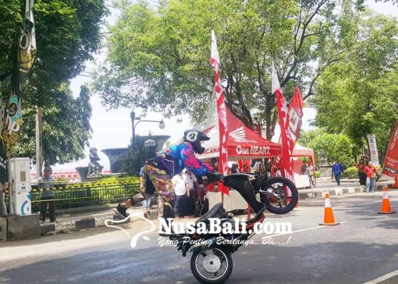 Nusabali.com - biker-mileneal-adu-aksi-freestyle