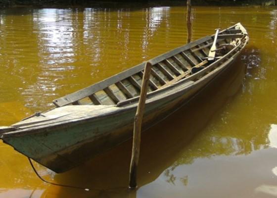 Nusabali.com - jukung-terbalik-nelayan-selamat