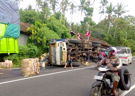 Nusabali.com - truk-bermuatan-karton-terguling