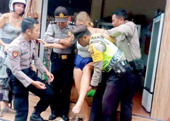 Nusabali.com - dua-bule-kecelakaan-di-areal-pura-lempuyang
