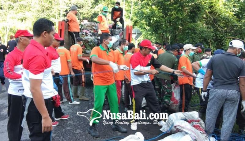 www.nusabali.com-buang-sampah-ke-tukad-diganjar-sanksi-macaru