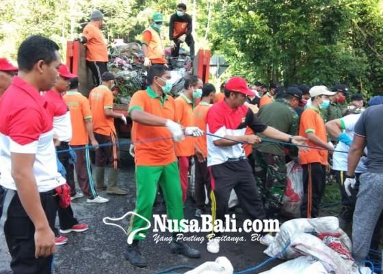 Nusabali.com - buang-sampah-ke-tukad-diganjar-sanksi-macaru