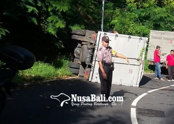 Nusabali.com - truk-boks-terguling-di-gitgit