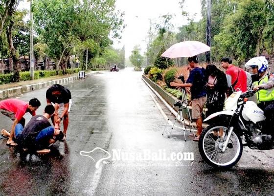 Nusabali.com - libatkan-anggota-polantas-dan-diajak-hujan-hujanan