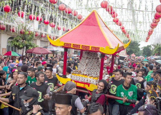 Nusabali.com - sambut-imlek-warga-solo-rebutan-1-ton-kue-keranjang