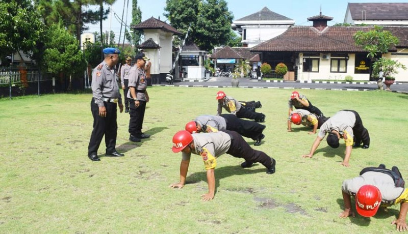 www.nusabali.com-7-personel-polres-klungkung-disanksi-push-up