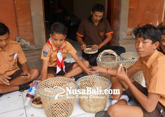 Nusabali.com - tingkatkan-ketrampilan-slb-negeri-karangasem-latihan-batok-kelapa