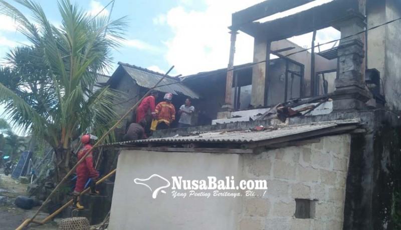 www.nusabali.com-rumah-sekdes-tanglad-terbakar