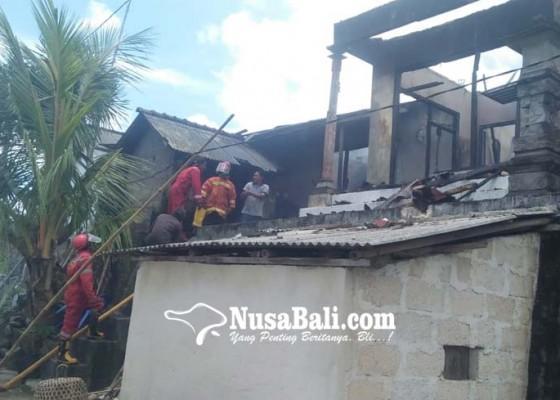 Nusabali.com - rumah-sekdes-tanglad-terbakar