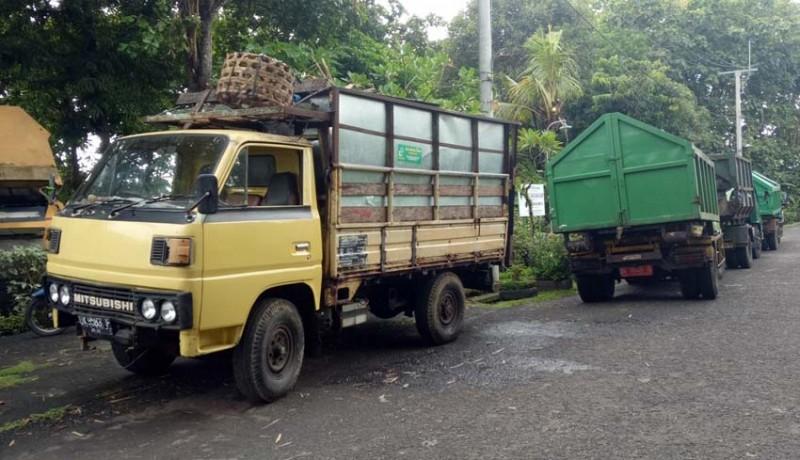 www.nusabali.com-truk-angkut-sampah-antre-di-tpa