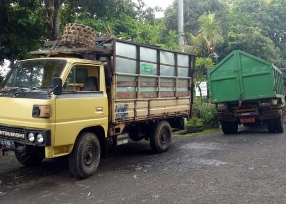 Nusabali.com - truk-angkut-sampah-antre-di-tpa