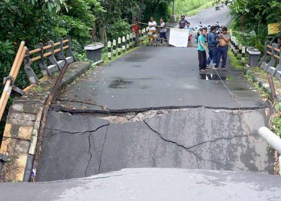 Nusabali.com - jembatan-di-subagan-ambruk-tak-ganggu-akses-warga