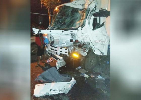 Nusabali.com - truk-tabrak-truk-dari-belakang-seorang-tewas