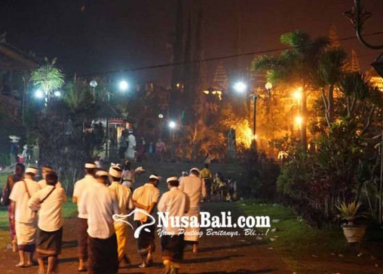 Nusabali.com - puluhan-lampu-mati-di-pura-besakih