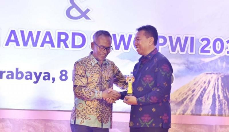 www.nusabali.com-bupati-badung-mendapat-penghargaan-golden-award-siwo-pwi-pusat