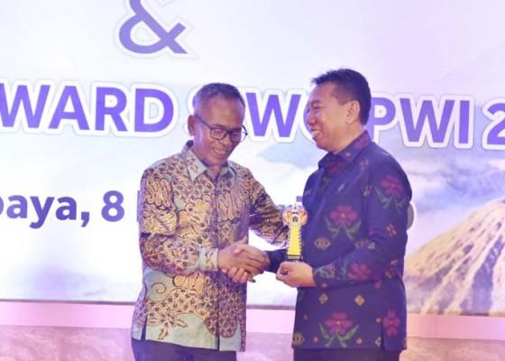 Nusabali.com - bupati-badung-mendapat-penghargaan-golden-award-siwo-pwi-pusat