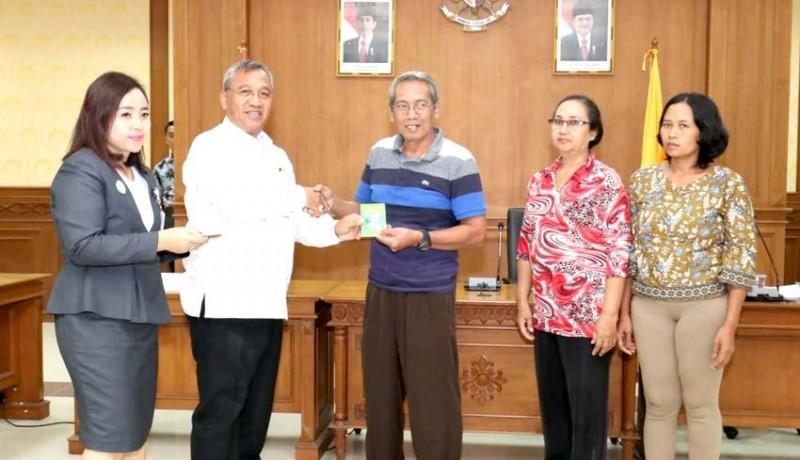 www.nusabali.com-ketua-dprd-badung-serahkan-bantuan-dana-bagi-11-umkm