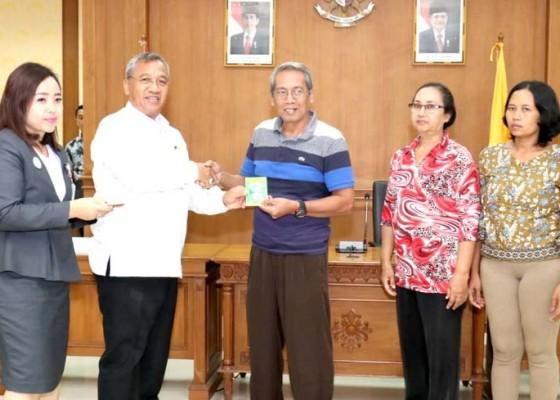 Nusabali.com - ketua-dprd-badung-serahkan-bantuan-dana-bagi-11-umkm