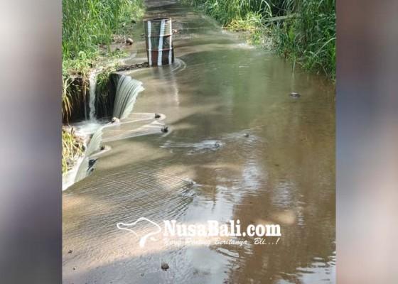 Nusabali.com - saluran-irigasi-tertimbun-longsor-air-meluber-ke-jalan