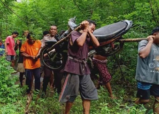 Nusabali.com - out-of-control-siswi-kakak-adik-jatuh-ke-jurang-sedalam-5-meter
