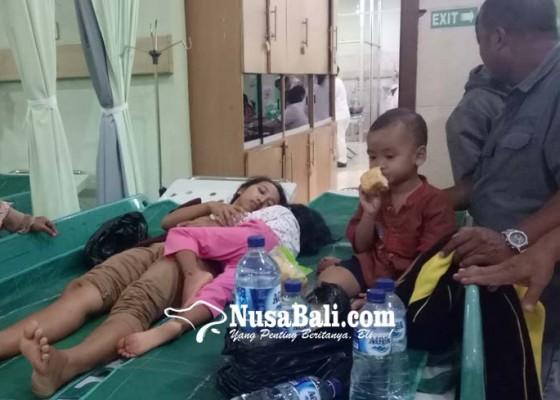 Nusabali.com - sekeluarga-kecelakaan-1-meninggal-6-terluka