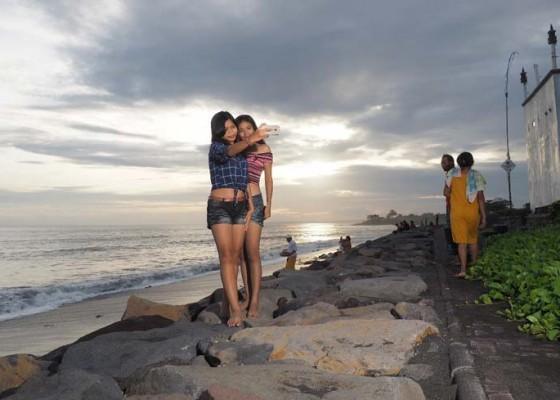Nusabali.com - pantai-batu-tumpeng-makin-ramai