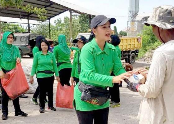 Nusabali.com - ibut-ibu-persit-kodim-jembrana-bagikan-nasi-bungkus-ke-pemulung