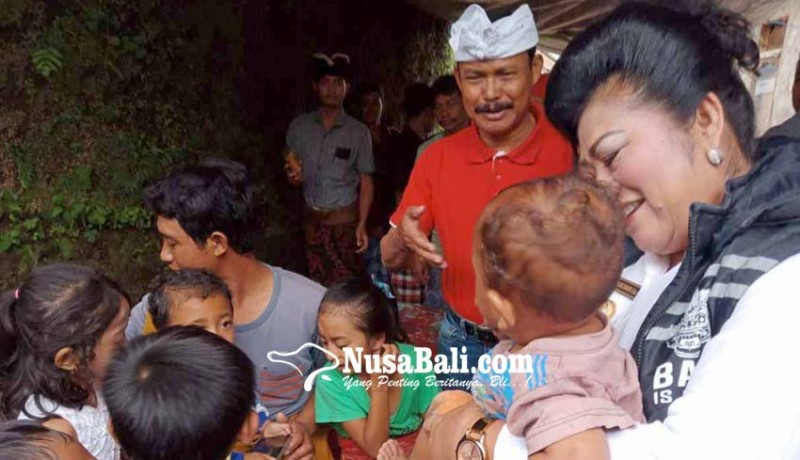 www.nusabali.com-bupati-karangasem-dan-pakar-bantu-korban-longsor